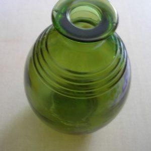 Zöld hordó alakú üvegpalack